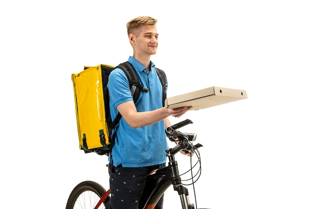 Dando pizza. repartidor con bicicleta aislado en blanco