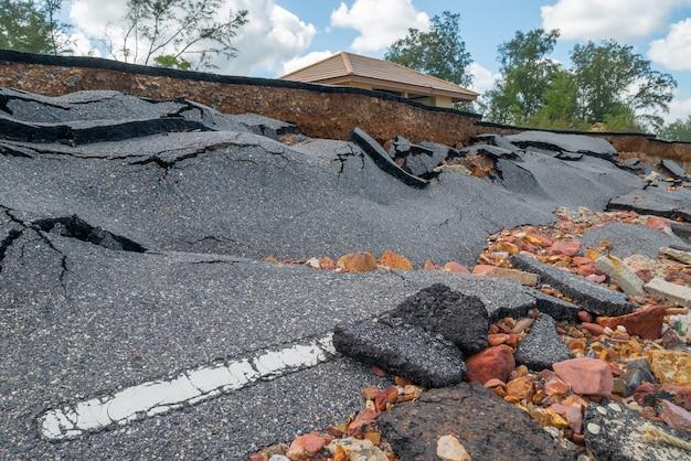 El daño del camino causado por las olas del mar se erosiona