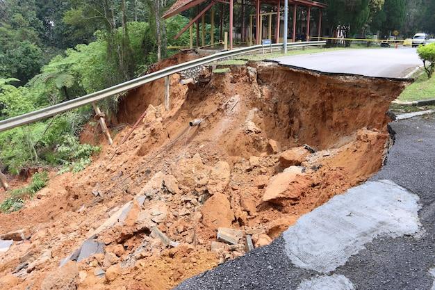 Daños en las carreteras causados por derrumbes