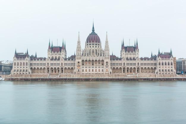 El danubio y el edificio del parlamento en budapest
