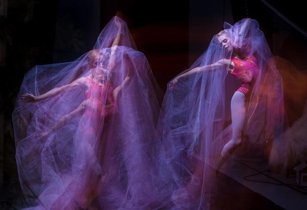 Danza sensual y emocional de la bella bailarina a través del velo.
