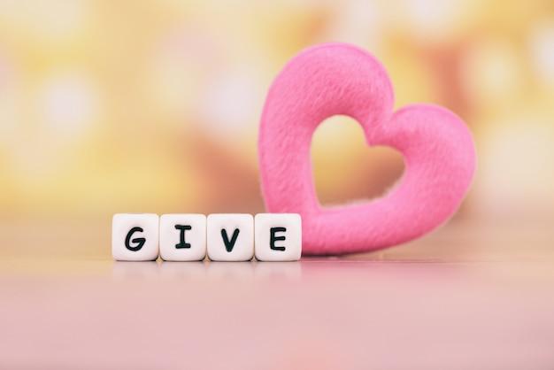 Dar amor con corazón rosado para donar y filantropía salud