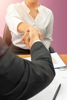 Dar la mano a los socios.
