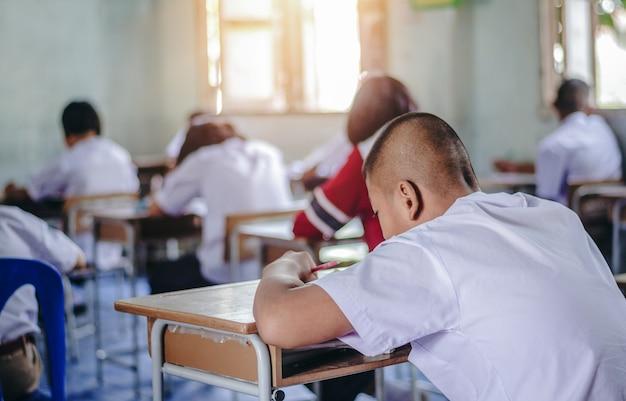 Dar marcha atrás al estudiante masculino leyendo documentos de práctica