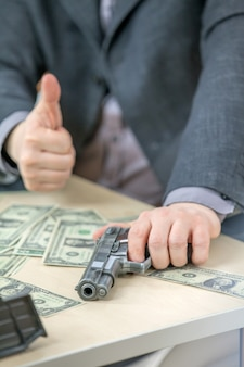 Dar un pulgar hacia arriba y tener una mano en un arma