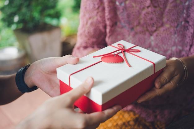 Dar regalos a sus seres queridos en festivales importantes. día de navidad