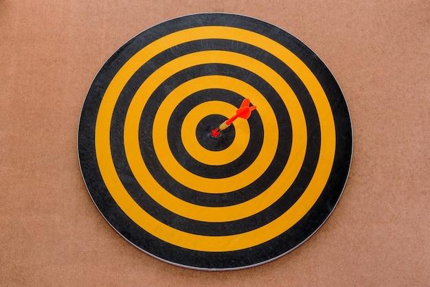 Dardo golpear un objetivo sobre fondo marrón