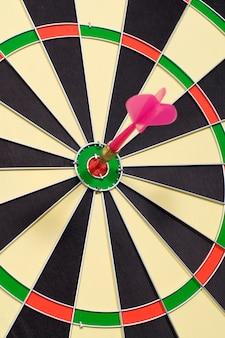 Dardo golpear un objetivo en el tablero de dardos circular