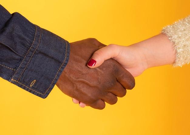 Darse la mano y la mano blanca, interracial,
