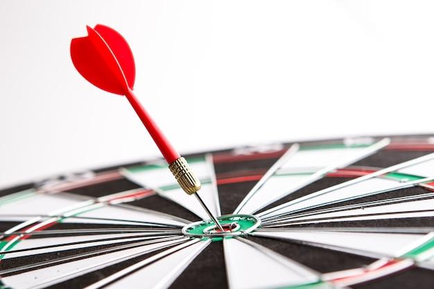 Dart flecha golpeando en el centro de destino, concepto de éxito de coaching personal
