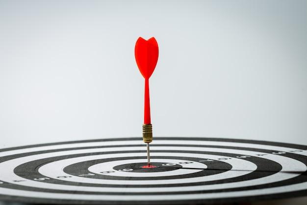 Dart flecha que golpea en el centro de la diana. concepto del exito