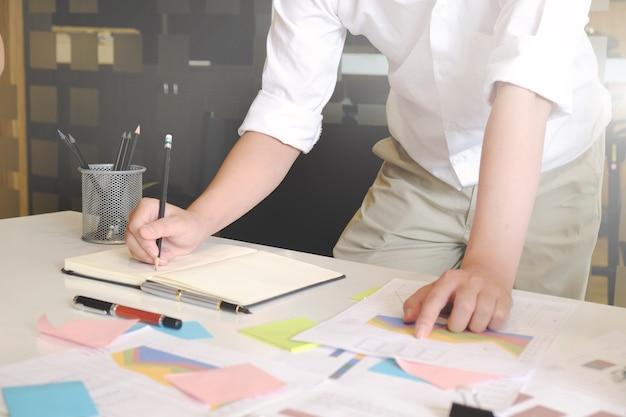 Datos de análisis de empresario en la tabla de papel.