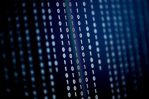 Datos binarios digitales en pantalla de ordenador, enfoque selectivo.