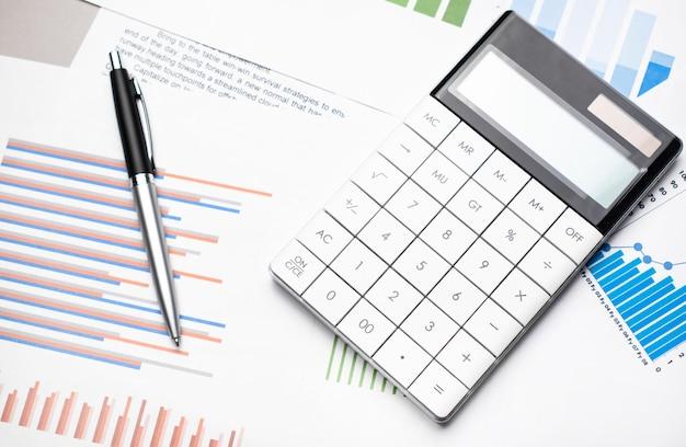 Datos contables, gráficos, calculadora y bolígrafo.