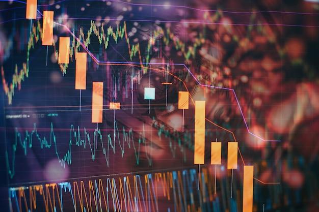 Datos financieros en un monitor que incluye market analyze. gráficos de barras, diagramas, cifras financieras. fondo de pantalla abstracto brillante de interfaz de gráfico de forex. inversión, comercio, acciones, finanzas