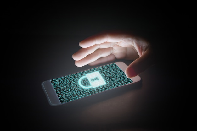 Datos con icono de candado y pantallas virtuales en smartphone.