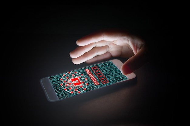Datos con el icono de candado, texto de contraseña y pantallas virtuales en el teléfono inteligente.