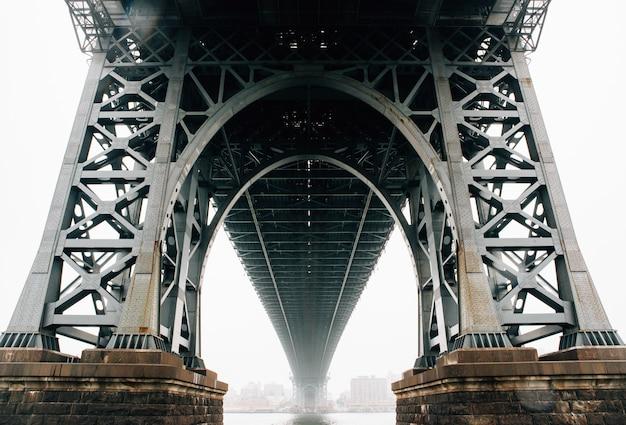 Debajo del plano del puente de brooklyn en nueva york