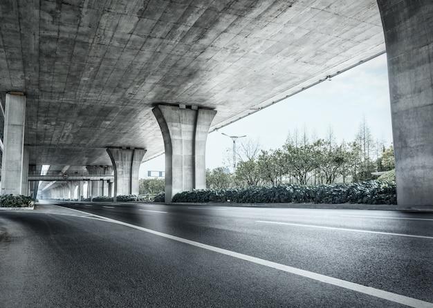 Debajo de un puente de cemento