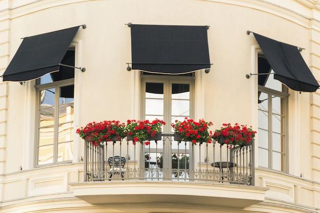 Decarotion de ventana con macizos de flores en odessa