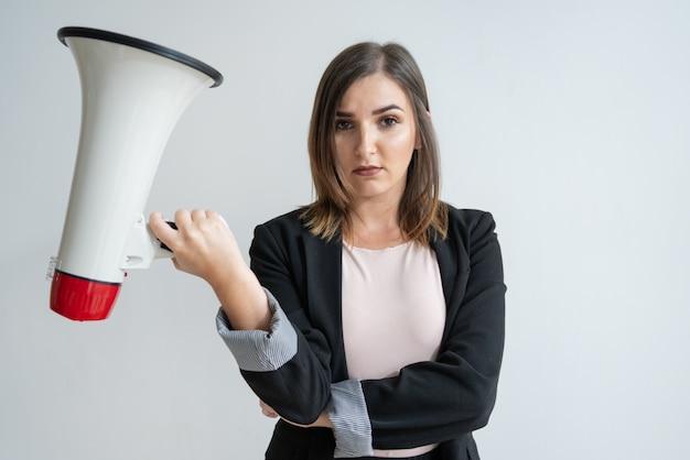 Decepcionado joven mujer caucásica con megáfono