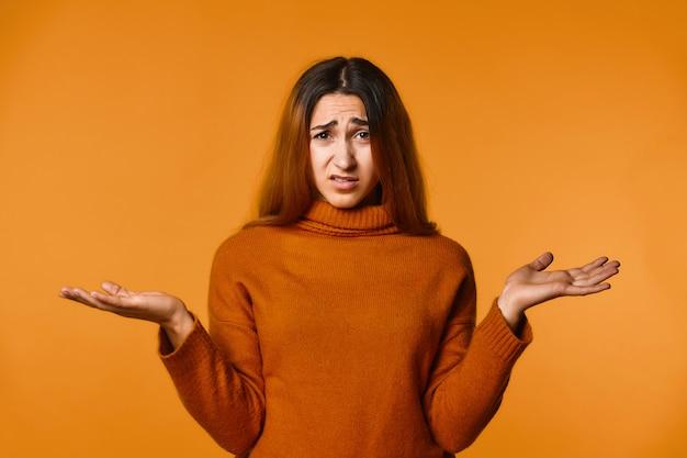 Decepcionado pelirroja caucásica mujer vestida con jersey de lana