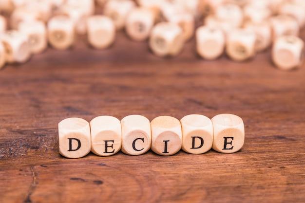 Decidir texto escrito en dados de madera