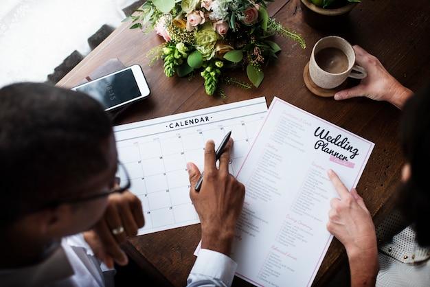 Decisión de pareja para planificador de bodas.
