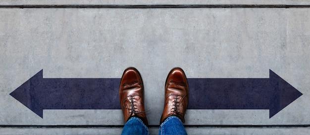 Decisión en la vida o concepto de negocio. de pie en la dirección de la flecha izquierda y derecha. vista superior