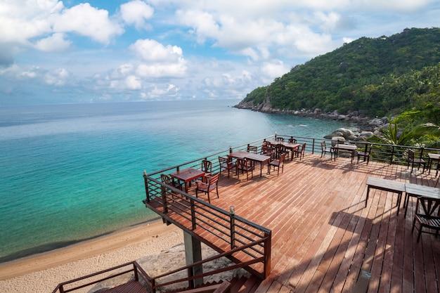 Deck de madera con vista al mar ubicado junto a la playa.