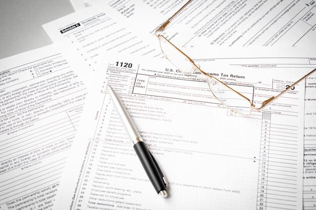 Declaración de impuestos sobre la renta de personas físicas de ee. uu. formulario de impuestos 1040 con anteojos y bolígrafo