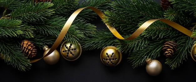 Deco de navidad con abeto y adornos sobre fondo oscuro. lay flat. concepto de navidad