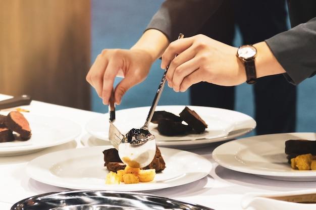 Decora la comida que sirve platos a la mesa en el restaurante