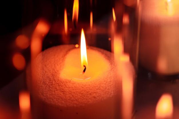 Decoración acogedora con velas encendidas en frascos de vidrio