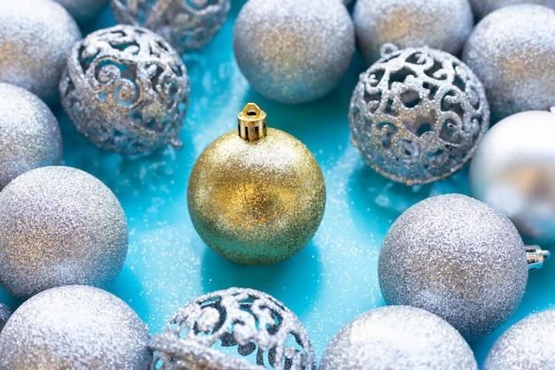 Decoración de adornos navideños en pared azul