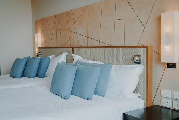 Decoración de almohada hermosa y cómoda en el dormitorio