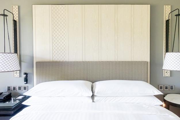 Decoración de almohadas blancas en la cama