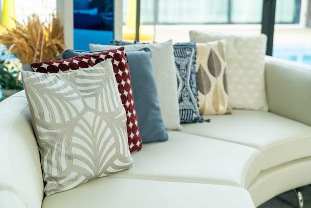 Decoración de almohadas en el sofá de la sala de estar