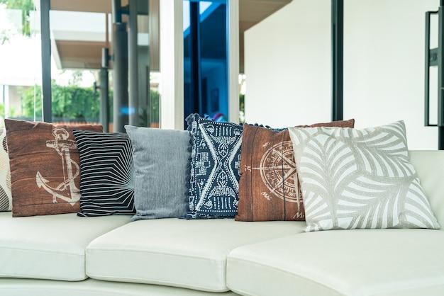 Decoración de almohadas en el sofá en el salón.