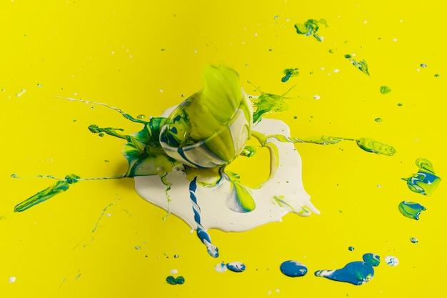 Decoración de alto ángulo con pintura amarilla.