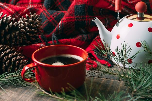 Decoración de alto ángulo con taza roja y café