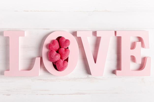 Decoración de amor de madera con corazones