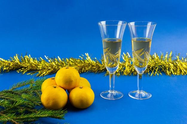 Decoración de año nuevo amarillo-azul con espacio de copia. decoración navideña y año nuevo.