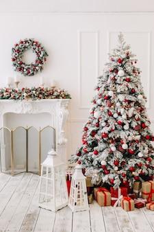 Decoración de año nuevo y un árbol de navidad decorado con regalos de año nuevo.