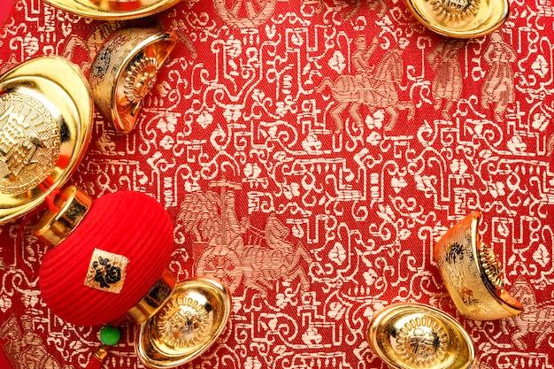 Decoración de año nuevo chino, de cerca lingotes de oro y lámpara en el patrón oriental fa