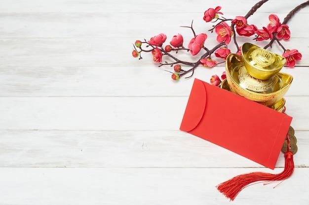 Decoración de año nuevo chino sobre fondo de madera