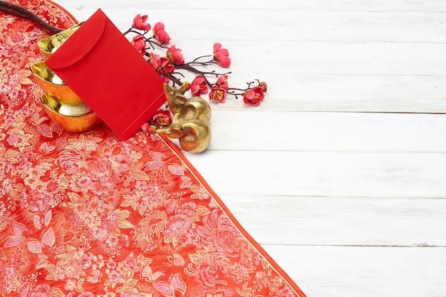 Decoración de año nuevo chino sobre un fondo rojo.