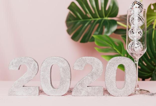 Decoración de año nuevo con fondo rosa