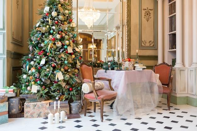 Decoración de año nuevo de una hermosa sala de estar en un estilo clásico de lujo.