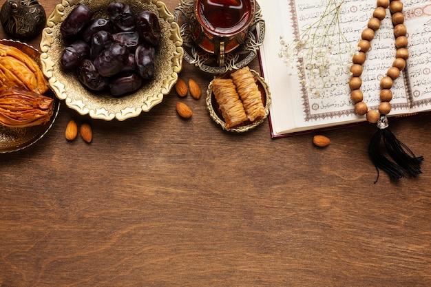 Decoración de año nuevo islámico con comida tradicional y fechas.